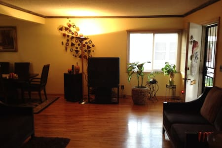 Large Living Room in the Foothills 3 Bedroom House - Altadena