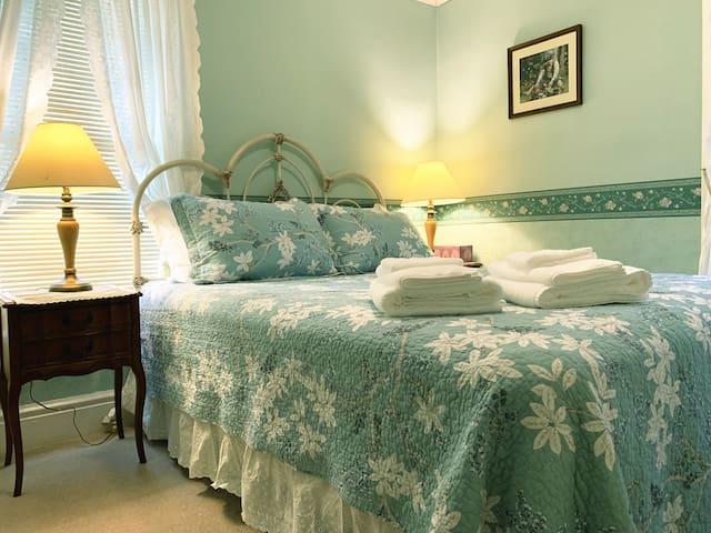 Victorian Green Room & Hot Breakfast in Falls