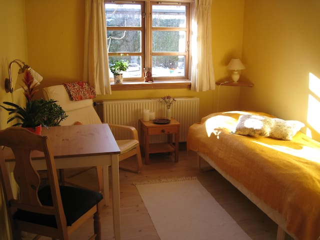 Vegetarian retreat in wooden house -Room 1. - Hundested - Dom