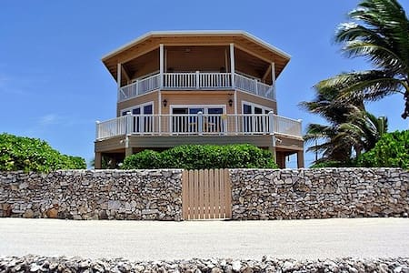 Second Wind Beach House - Ocean Front Luxury Home - Utila