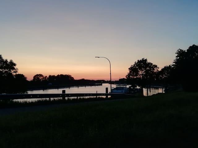 Abendlicher Himmel auf dem Deich an der Ems bei Aschendor/Herbrum