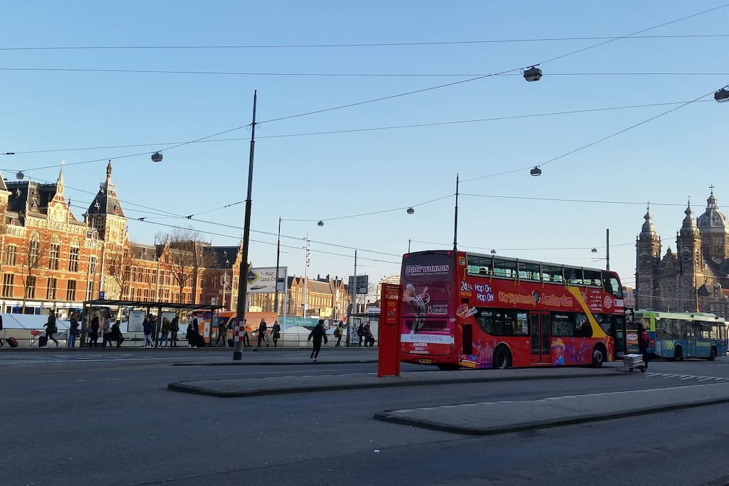 5 mins walking to Ams centraal