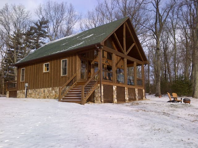 Cabin on a ledge - The Black Bear Cabin - Stanardsville