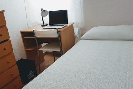 Habitación privada con escritorio y calefacción