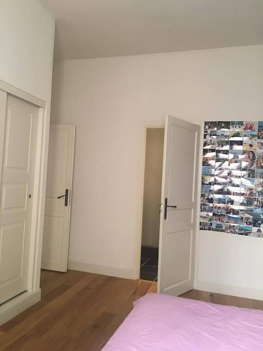 Salle de bain intégrée à la chambre.