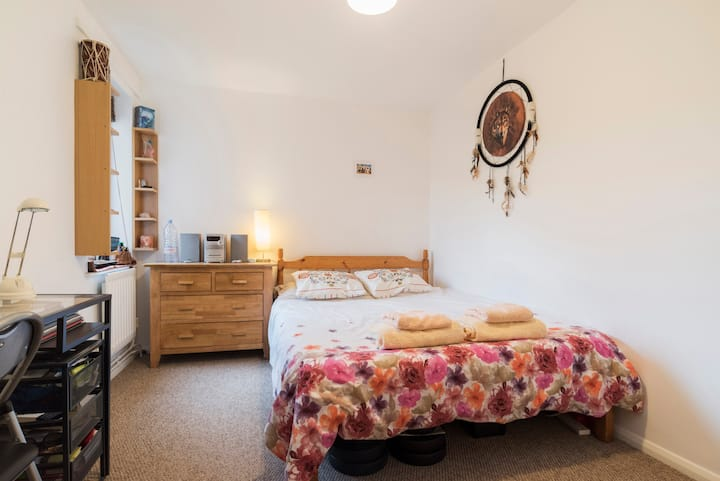 ANOTHER TWIN ROOM 2 MINS FROM TUBE!