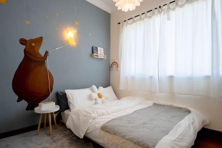 儿童房里有一面小朋友们最爱的乐高墙,想要摘月亮的小熊陪着你们一起入睡哟。