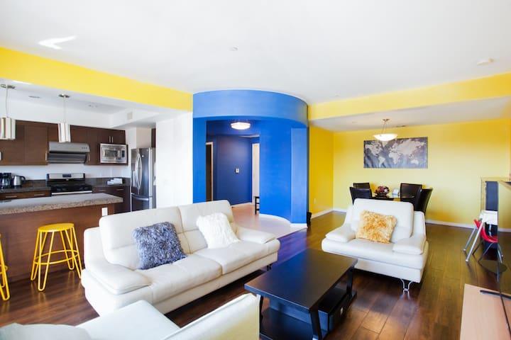 时代广场豪华公寓拎包入住,全新装修宽敞舒适三居室,免费游泳池,免费停车位。