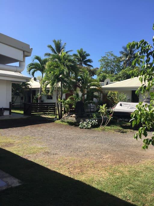 Vue du bungalow en location! Fond du jardin