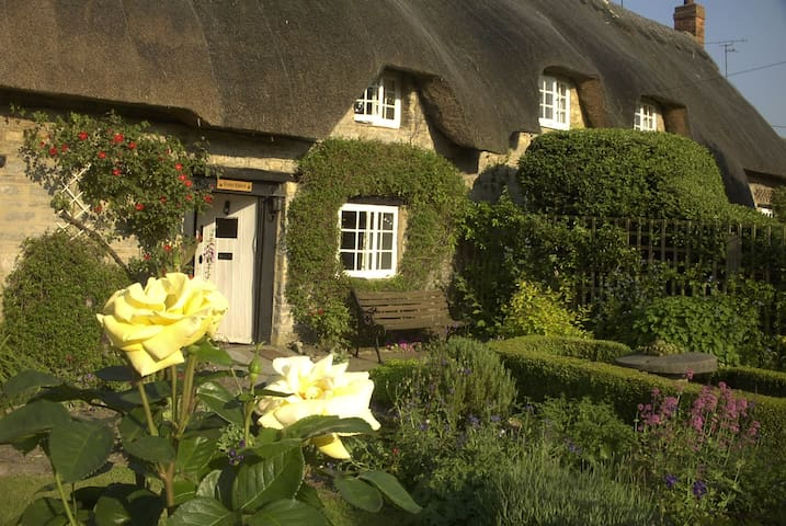 Thatched holiday cottage in Lillingstone Lovell