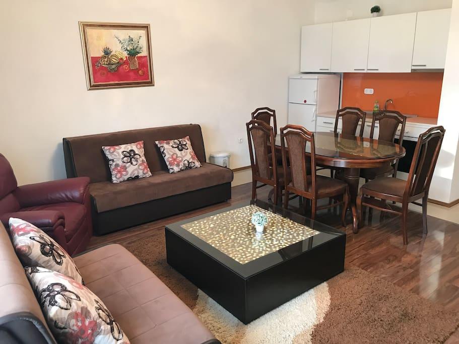 Dnevni boravak s 2 sofe na razvlačenje, foteljom i kuhinja