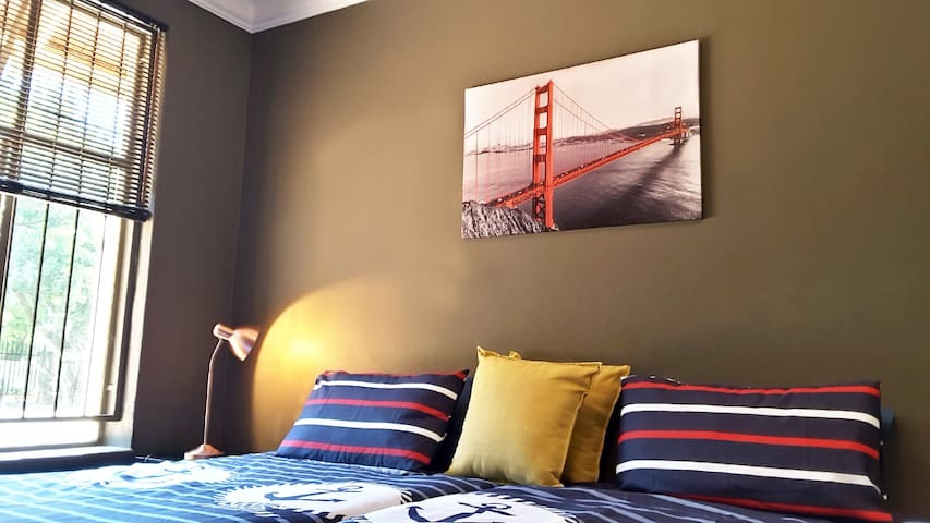 Sunny Hatfield Room   WIFI + DSTV (plus Explora)
