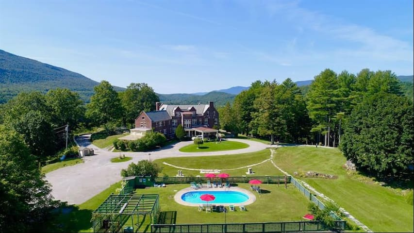 Great Gatsby Mansion! 11 bedrooms, pool, sleep 24+
