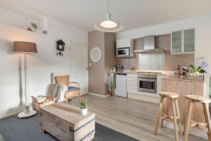 Keuken gezien vanuit de zithoek.