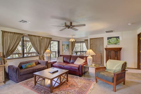 Amazing Rogue River frontage/1-BR guest house/pool