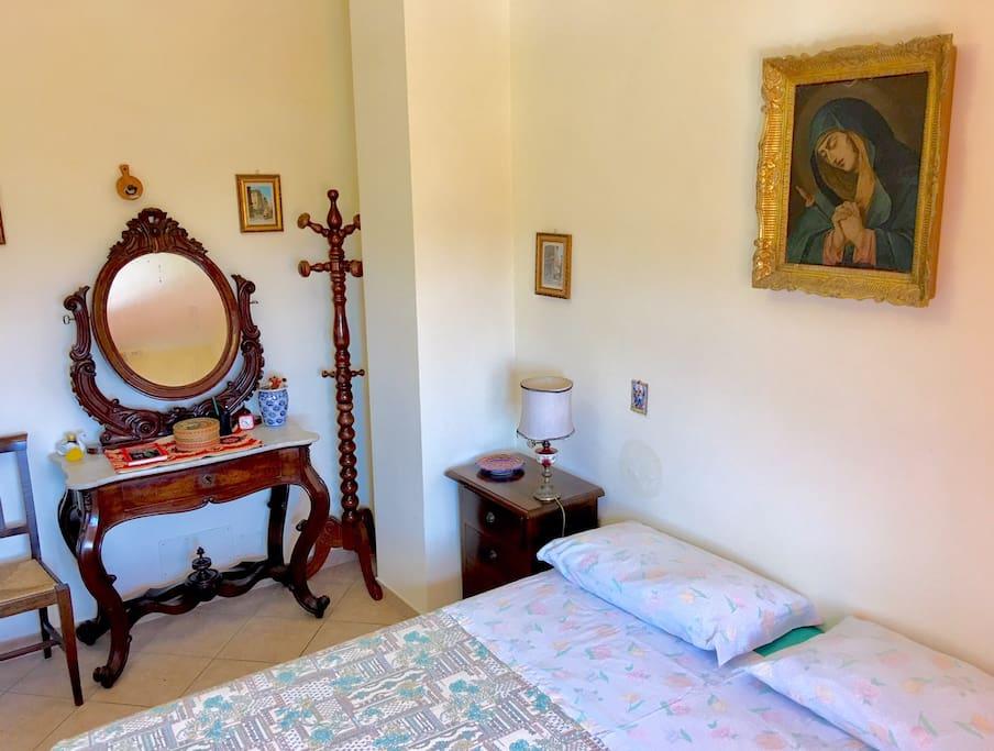 Camera da letto con finestra panoramica primo piano.