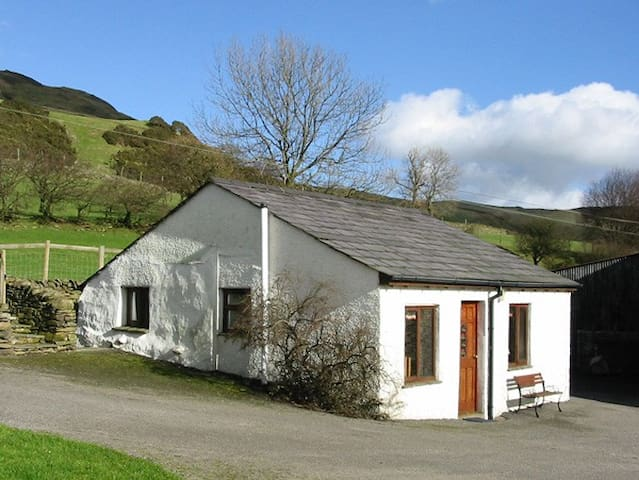 GHYLL BANK BUNGALOW, pet friendly in Staveley, Ref 2027
