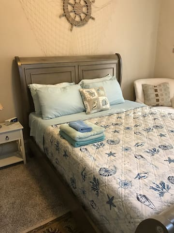 Oceanic Queen room in the heart of Wilmington DE
