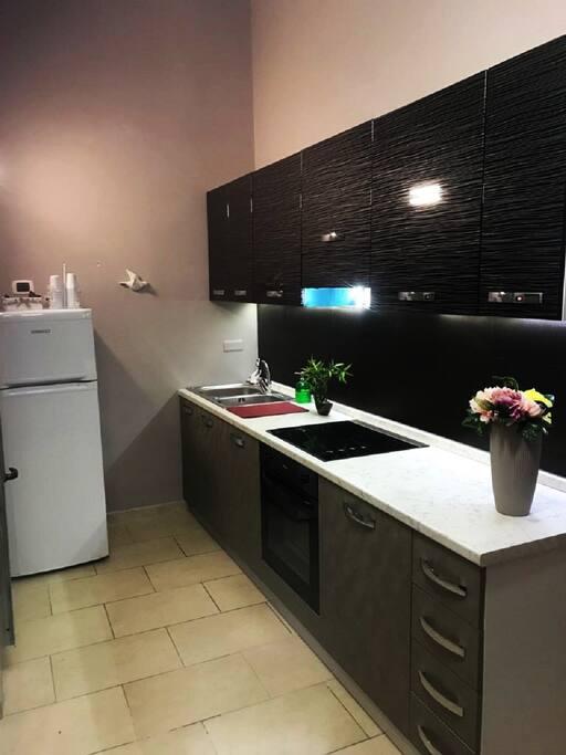 Cucina con lavatrice, lavastoviglie e forno
