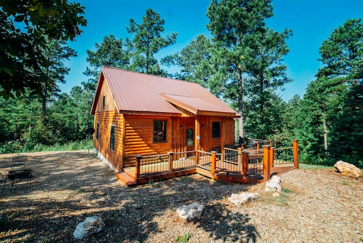 Eagle mountain hillside luxury 2 bedroom cabin with personal en-suites, nestled in Oklahoma pines.