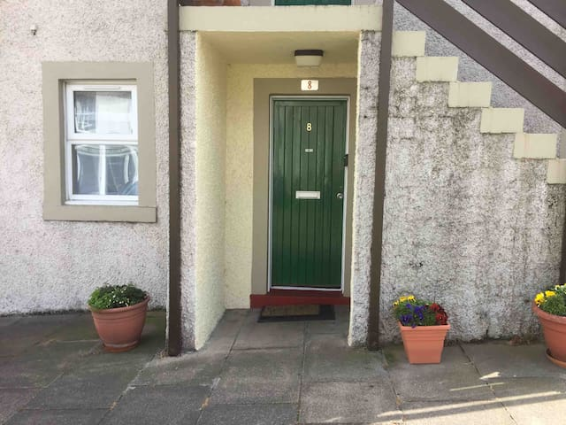 Cosy, main door in picturesque Newhaven,Edinburgh