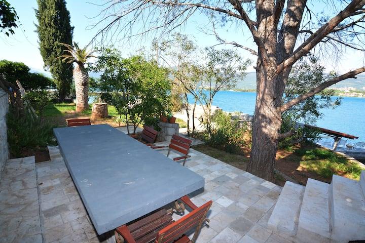 Spacious 2BDR Beachfront Terrace & BBQ Vila 'Neda'