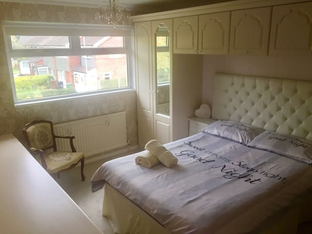 Beautiful, spacious double bedroom & FREE parking