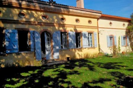 Maison toulousaine, en plein coeur du village - Castelginest - Haus