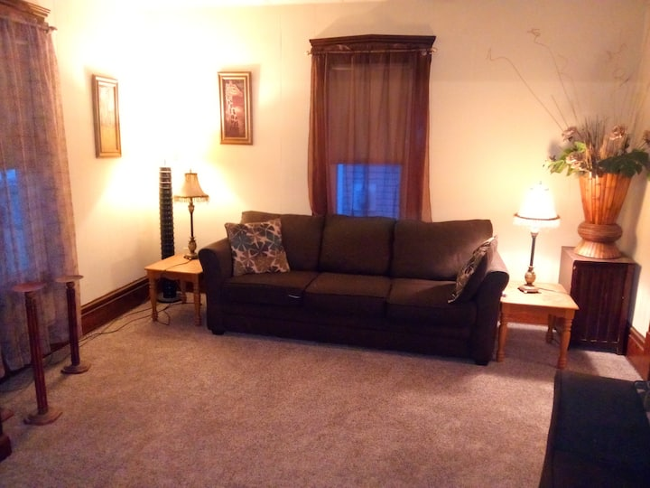 #F Hite/ Room in Large home, washer, wifi, cable.
