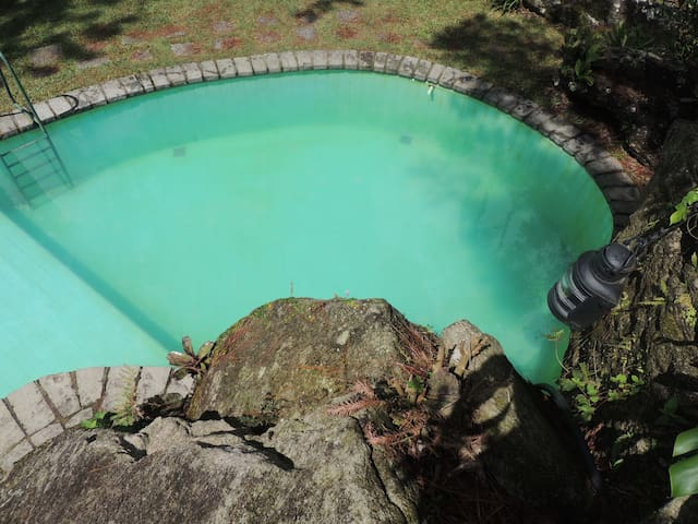 Piscina de água natural.