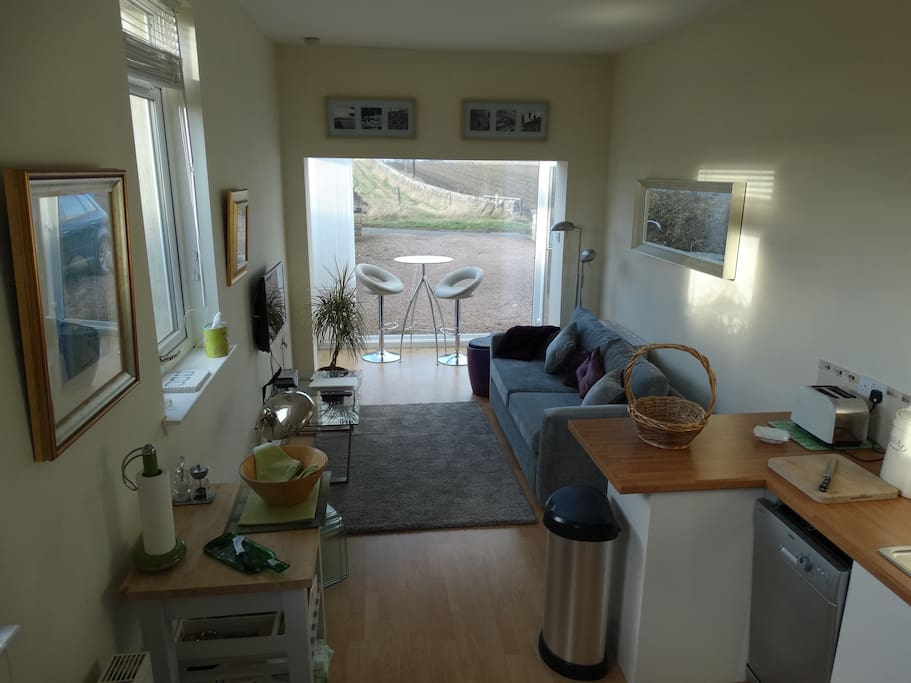 Light and bright, well-equipped kitchen/living room