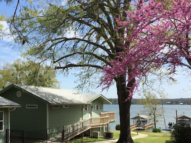Peaceful Lake House Retreat