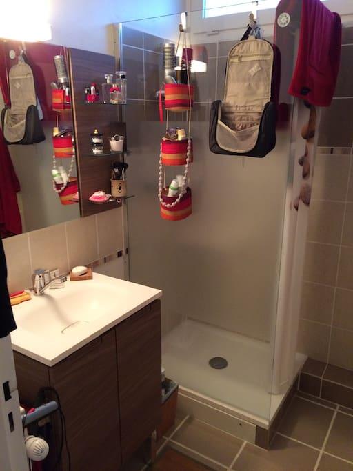 Salle de douche et WC.