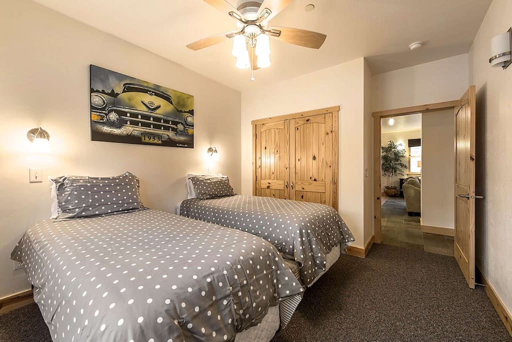 3rd Bedroom w 2 Twin beds / Bathroom just outside in hall