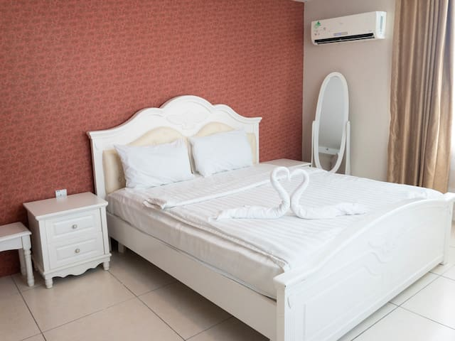 ROOM 2 - KING BED