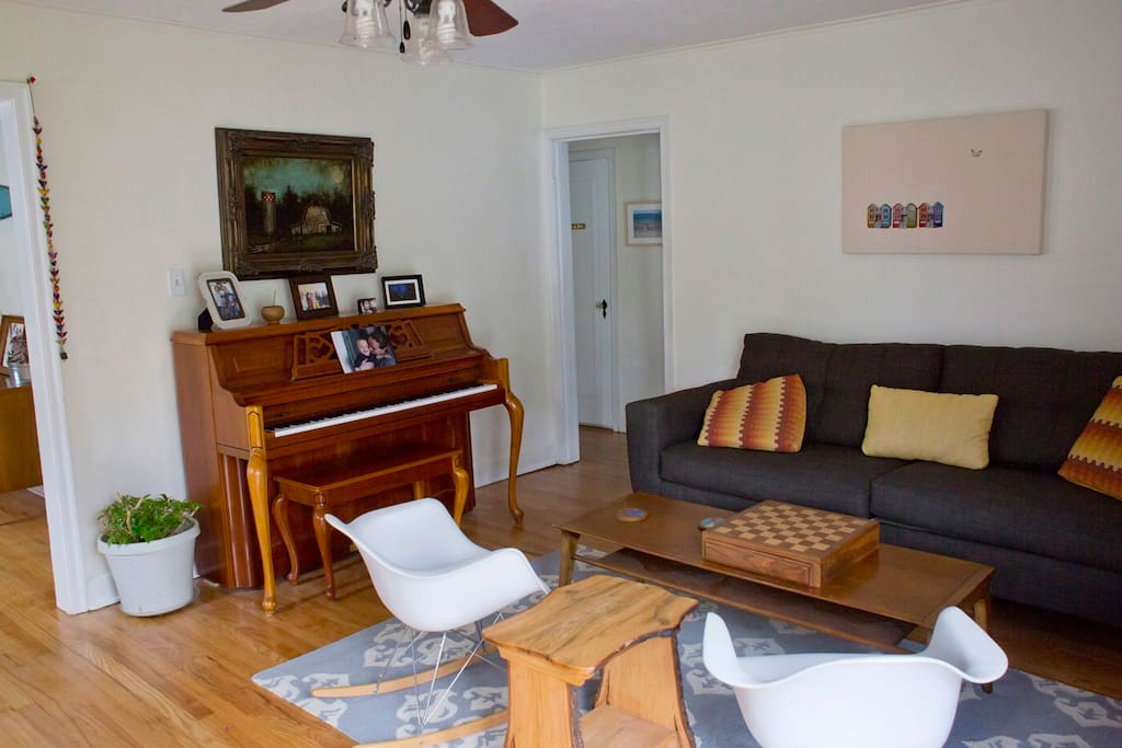 Entry room with piano
