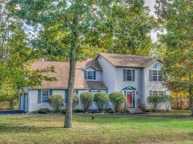 Large cozy home on 2 acre land, near attractions