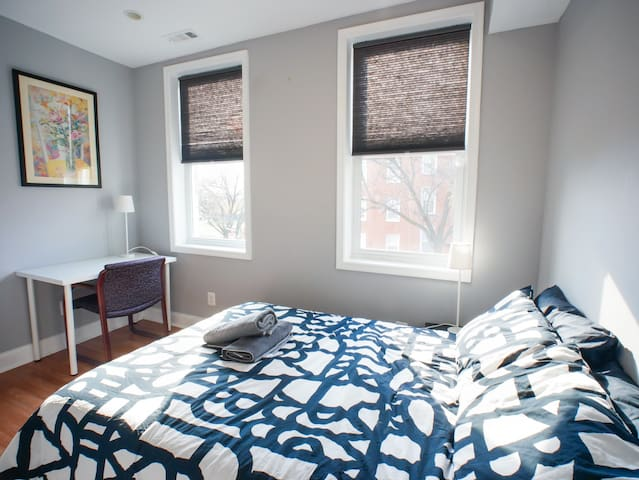 Blossom Room - Affordable Stay Close to Downtown