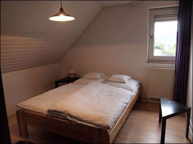 Weingut Wolfgang Kohl, (Brauneberg), Ferienwohnung Eifelblick 50qm, 2 Schlafzimmer, max. 3 Personen