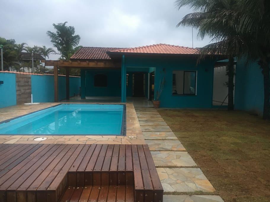 Frontal da casa com piscina e deck