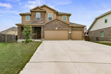 Home gym, kitchen, lounge, and close to I-10