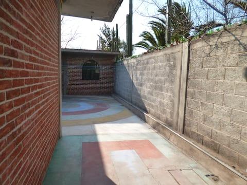Departamento con  jardín y estacionamiento.