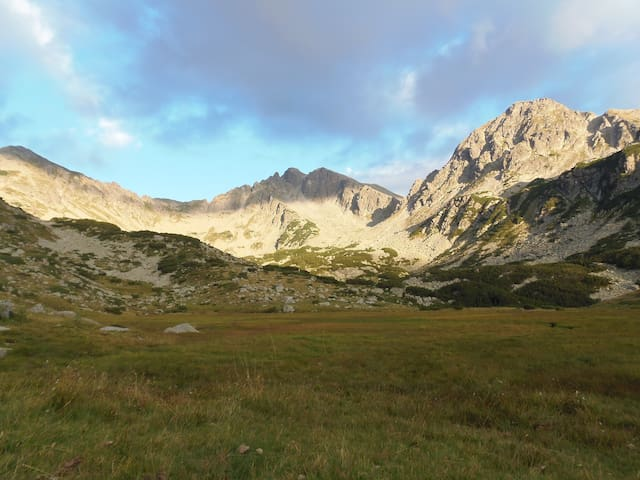 Pirin Moutnains has many wonderful views o the mountains and varied terrain