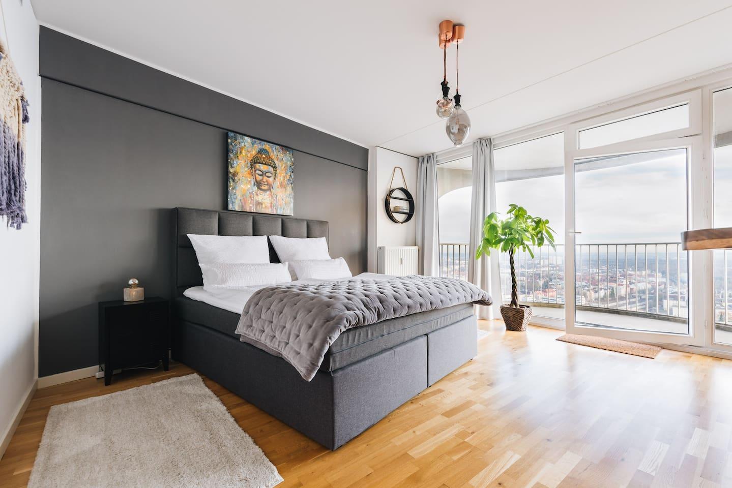King-size Boxspringbett (180 cm x 2oo cm) als Highlight im lichtdurchfluteten Appartement.