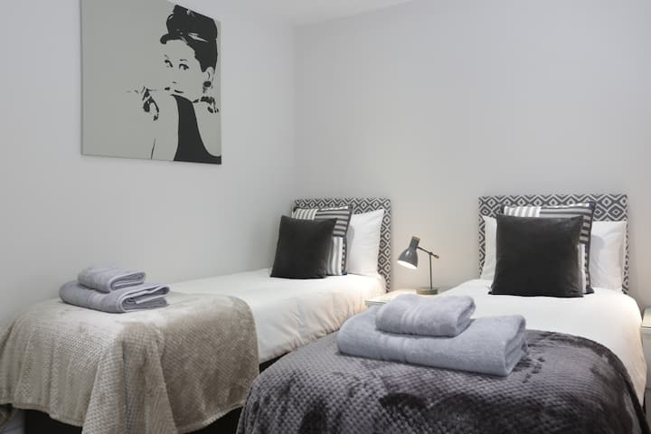 Central Brighton sleeps 8 with garden and parking