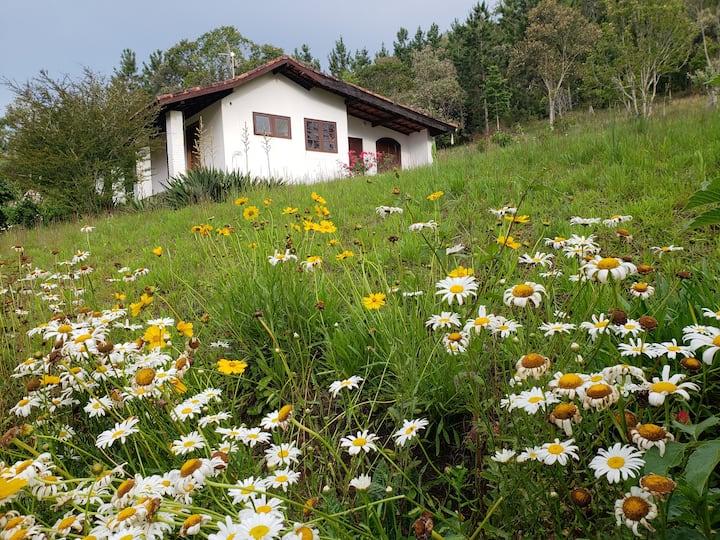 Charmosa casa nas montanhas. Ideal para casais.