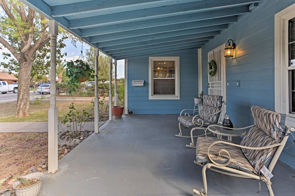 This quaint home is ideal for 6 travelers!