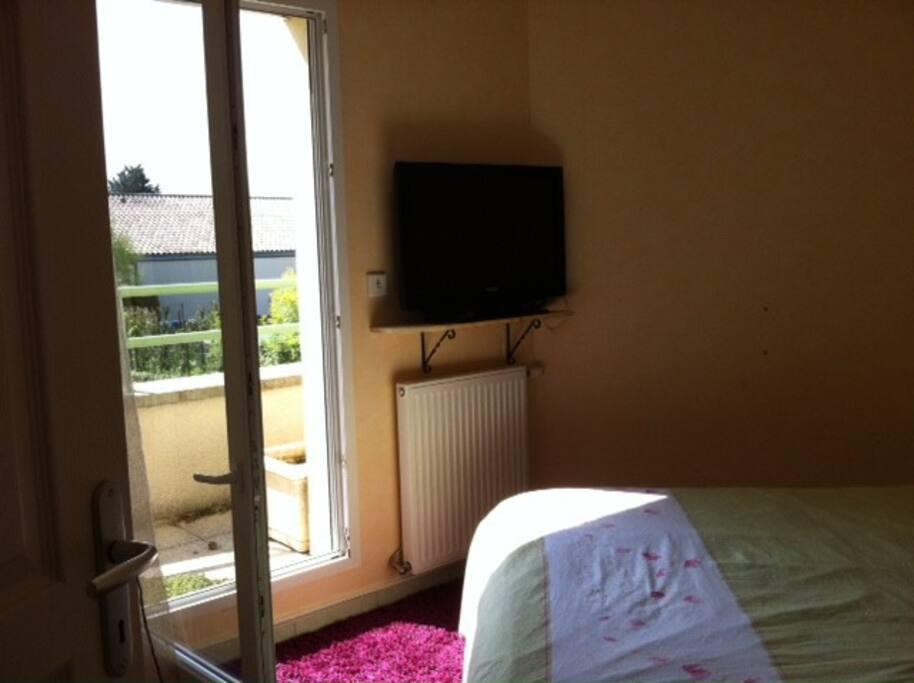 1-chambre avec un lit deux places,qui donne sur une petite terrasse. grand dressing bureau télévision écran plat.