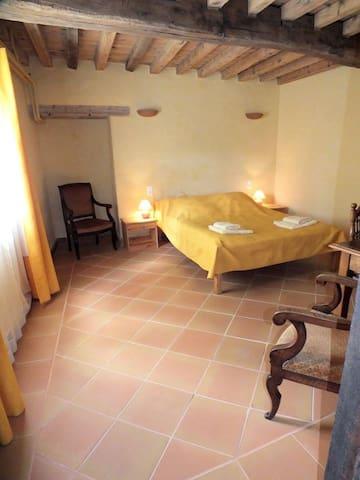 Chambre avec salle d'eau privée & grande piscine - Montverdun
