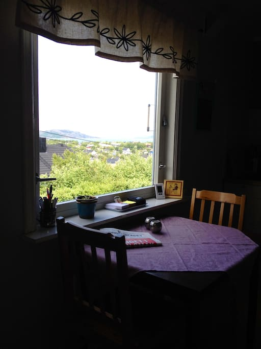 Have breakfast while gazing at the fjord (Báhčaveaivuonna/Bøkfjorden) and the city.